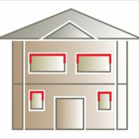Wykorzystanie listwy elewacyjnej lub pilastrów nad oknem i częściowo po bokach okien na wyokości mniejszej niż połowa wysokości okna..